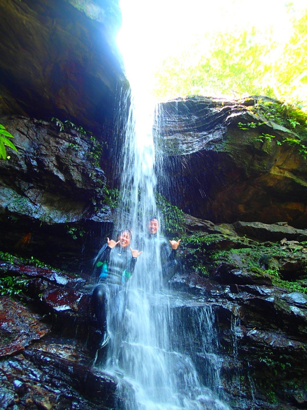 西表ツアーで人気の遊び体験、神秘の鍾乳洞探検・ケイビング&SUP秘境の滝巡りを体験しよう!西表島ケンガイドおすすめ遊びツアーで女子旅行・家族旅行・学生旅行アクティビティ体験、カヌーでマングローブ&ケイビングで秘境パワースポット滝巡り!本物の島旅アクティビティ体験で遊びつくそう。