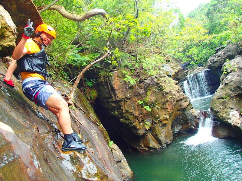 夏休み人気のアクティビティツアー体験で遊べる石垣島・西表島ツアーへ行こう!ツアーランキング1位の西表島ケンガイドが家族旅行におすすめのアドベンチャー体験をご紹介します。SUP・スタンドアップパドルボード・カヌーでマングローブクルーズ、トレッキングでジャングル探検滝めぐり&人気の水遊びキャニオニングやアドベンチャーボートで南国パナリ島シュノーケルで沖縄旅行を遊びつくそう!