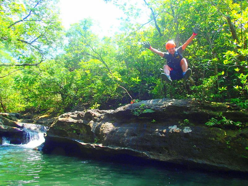 西表島ツアーランキング人気のケンガイドがおすすめする石垣・西表島旅行で人気のアクティビティツアー体験を、マングローブの森をカヌー・SUP・スタンドアップパドルボードで漕いでトレッキングでジャングル探検滝めぐりやキャニオニングでワイルド体験!アドベンチャーボートで行く南国の楽園パナリ島シュノーケルツアーでエメラルドブルーの海で遊ぼう!