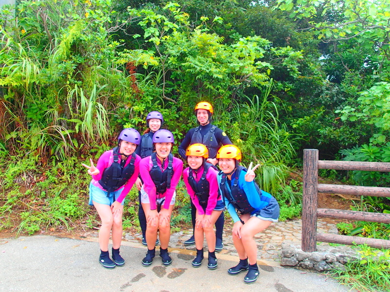 西表ツアーおすすめ人気のSUPでマングローブを漕いでジャングル探検トレッキングで秘境の滝巡り、午後からキャニオニングで秘境の滝を目指します。大自然のエナジーを体感しよう。石垣島から日帰り参加もOK!です。