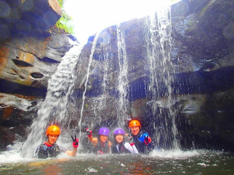 夏休み旅行で人気の離島ツアーへ、石垣島・西表島で人気の観光やアクティビティツアー体験を、人気観光スポット平久保灯台・川平湾や竹富島・由布島を観光した後は、西表島ツアーランキング1位のケンガイドがおすすめする人気のSUP・カヌー・トレッキングでジャングル探検滝巡りとキャニオニングで思いっきり秘境で遊ぼう!人気のアドベンチャーボートで行くパナリ島シュノーケルも開催中!お得な割引プランで女子旅・家族旅行をもっとお得に格安ツアーで島旅を楽しもう!