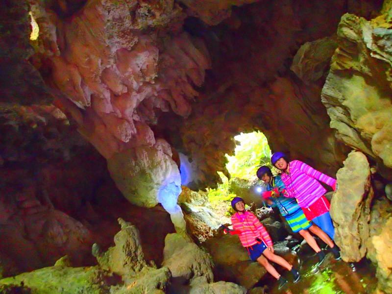 西表島ケンガイドがおすすめする西表島で人気のアクティビティツアー体験、トレッキングでジャングル探検滝巡りで遊ぼう!