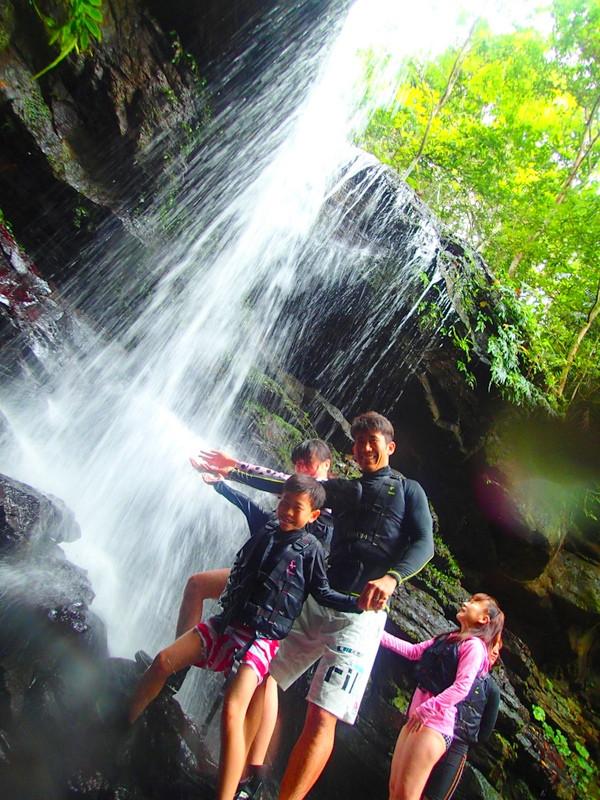 石垣島旅行で人気の西表島観光アクティビティで遊ぼう!半日SUPツアー体験、西表島ケンガイドおすすめ半日SUPツアーで女子旅行・家族旅行・学生旅行を満喫!SUPでマングローブ&ジャングル探検で秘境パワースポット滝巡り!本物の島旅アウトドア体験を。西表島を遊びつくそう!