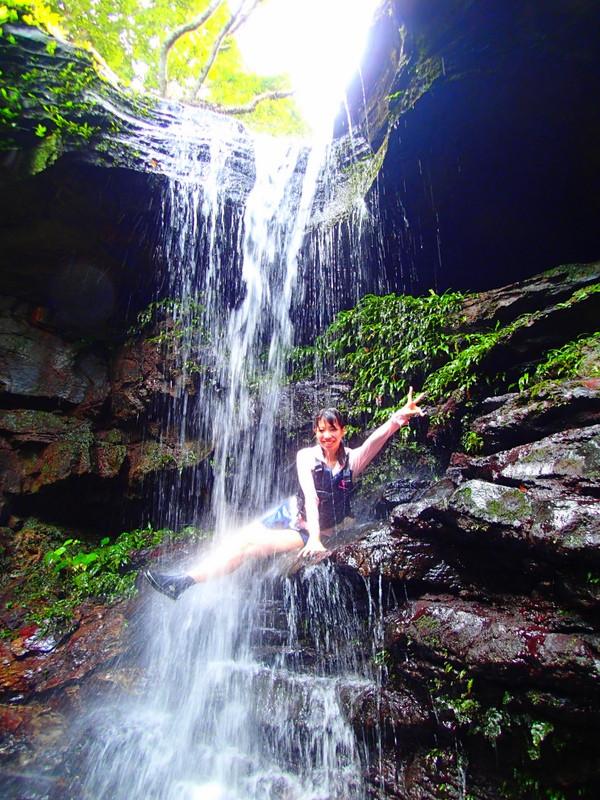 西表ツアーおすすめ家族旅行・人気のSUPでマングローブを漕いでジャングル探検トレッキングで秘境の滝巡り、午後からトレッキングで秘境の滝を目指します。大自然のエナジーを体感しよう。石垣島から日帰り参加もOK!です。