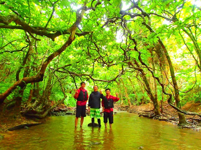 沖縄旅行に行くなら人気の西表ツアーで離島、石垣島・西表島・竹富島で遊ぼう!人気の観光スポット・川平湾や平久保灯台・竹富島・由布島観光をした後は、お得な割引プランで人気のアクティビティツアー体験をご紹介、西表島ツアーランキング人気のケンガイドがおすすめするカヌー・SUP・スタンドアップパドルボードでジャングル探検滝めぐりや、アドベンチャーボートで行くパナリ島シュノーケリング、星砂の浜シュノーケルで石垣島旅行を遊びつくそう!
