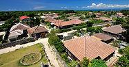 竹富島(たけとみじま):Taketomi Island 周囲9.2km、面積5.42平方キロメートル、人口約350人。国の「重要伝統的建造物群保存地区」に指定されています。白い砂の敷きつめられた小道、サンゴ石灰岩の石垣に赤瓦屋根の民家、ここには昔からの沖縄の風景が残っています。ミンサー織り(伝統的な織物)に代表される昔からの伝統文化が今も息づいています。西表島大原港から直接行く船はありません。石垣島経由となります。
