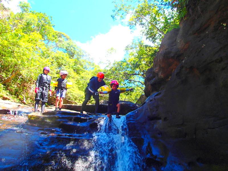 沖縄旅行に行くなら人気の格安離島ツアーで離島、石垣島・西表島で遊ぼう!レンタカーで川平湾や平久保灯台、由布島観光をした後は、石垣島・西表島で人気のアクティビティツアー体験を、ツアーランキングイン機のケンガイドがおすすめするカヌー・SUP・スタンドアップパドルボードでジャングル探検滝めぐり&アドベンチャーボートで行くパナリ島シュノーケリング・星砂の浜シュノーケルで石垣島・西表島を遊びつくそう!