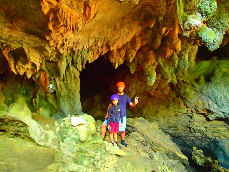 西表ツアーおすすめ人気のSUPでマングローブを漕いでジャングル探検トレッキングで秘境の滝巡り、午後からケイビングで神秘の鍾乳洞探検。大自然のエナジーを体感しよう。石垣島から日帰り参加もOK!です。