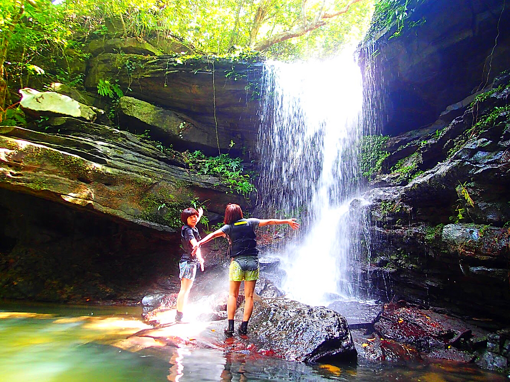 八重山旅行・西表島で人気の遊び西表おすすめカヌー&シャワートレック滝巡りツアー・西表島ケンガイドおすすめシャワートレックツアーで女子旅行・家族旅行・学生旅行アクティビティ体験、カヌー&シャワートレックで秘境パワースポット滝巡り!八重山旅行・西表島で本物の島旅アウトドア体験。