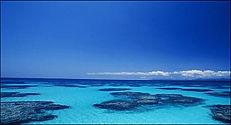 波照間島(はてるまじま):Hateruma Island 西表島の南西に位置し、周囲14.8km、面積12.77平方キロメートル、人口約520人。波照間島は日本最南端の有人島です。2月から6月の間は南の水平線の上に「南十字星」が見えます。「ニシノハマ」では白くきめ細かい砂、透明な水、サンゴ礁がつくる青のグラデーションがとても美しい景色です。対照的に島の南側は切り立った崖に囲まれています。西表島大原港から1日1便定期船があります。