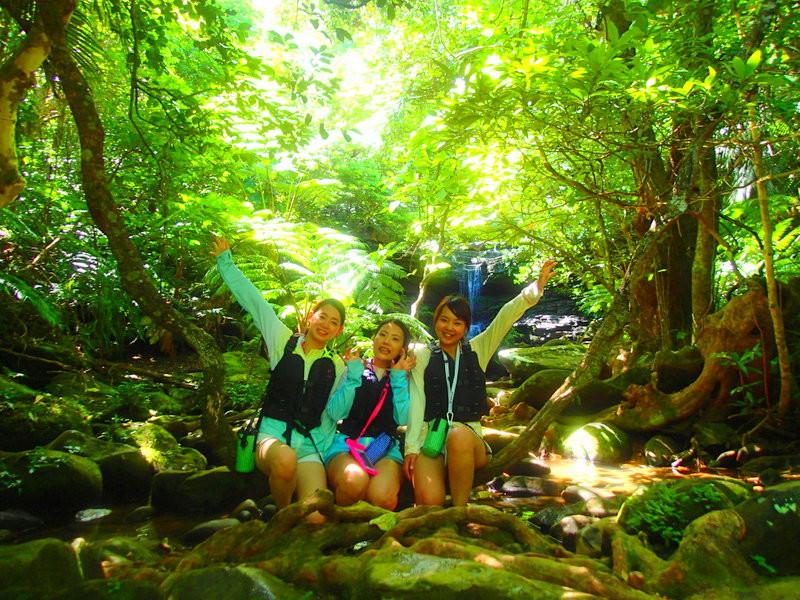 人気の離島ツアー石垣島へ旅行に来たら、人気の観光スポット平久保灯台・川平湾・竹富島・西表島のジャングルとパナリ島の海で自然を満喫しよう!家族旅行や女子旅をもっとお得に割引プラン開催中!石垣島・西表島ツアーランキング人気のケンガイドがおすすめするアクティビティツアー、 SUP・カヌーでマングローブの森をクルーズ、アドベンチャーボートで行くパナリ島シュノーケルや星砂の浜シュノーケリングなど人気の遊びを格安ツアーで満喫しよう!