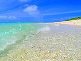 嘉弥真島(かやまじま):Kayama Island 小浜島の北2km、周囲2.4km、面積0.39平方キロメートル、人口2人。嘉弥真島にはたくさんの野ウサギがすんでいます。島の北と西のビーチはウミガメの産卵場所です。島の中央にある小さな丘(19m)は八重山の島々を見渡せる場所です。西表島から直接行く船はありません。チャーター船を利用することになります。