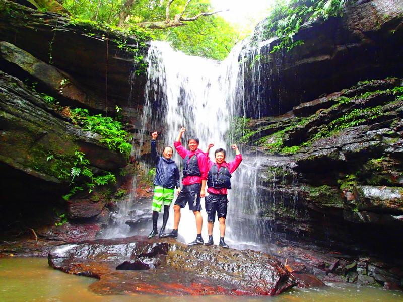 西表・石垣島旅行で西表島ツアーランキング人気のケンガイドがおすすめする西表観光アクティビティツアー・カヌーでマングローブ&ジャングル探検トレッキング滝巡り!キャニオニングでクールダウン!お得な割引家族旅行や女子旅応援!沖縄で卒業旅行を遊びつくそう!