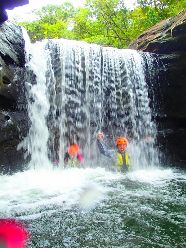西表・石垣島旅行で西表島ツアーランキング人気のケンガイドがおすすめする西表観光アクティビティツアー・カヌーでマングローブ&ジャングル探検トレッキングで秘境パワースポット滝巡り!キャニオニングでクールダウン!お得な割引家族旅行や女子旅応援!沖縄で夏休みを遊びつくそう!