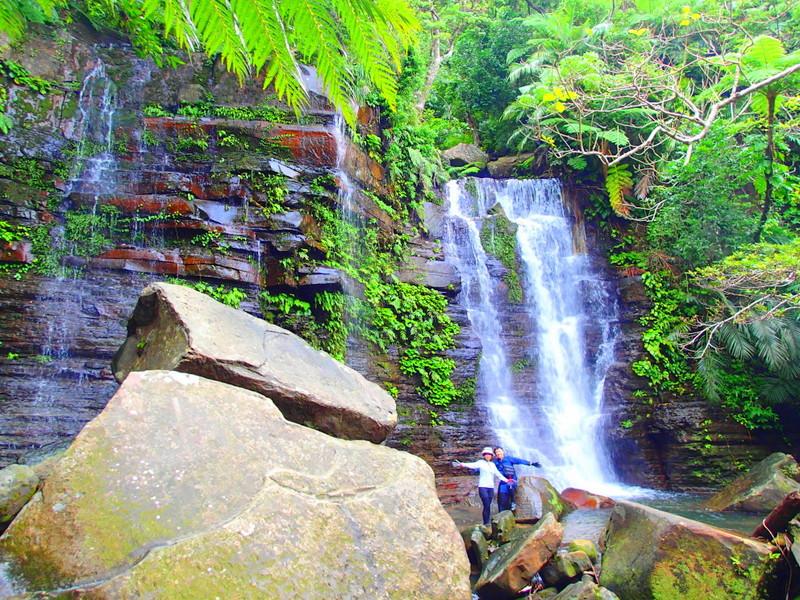西表ツアーおすすめ女子旅・卒業旅行、西表島人気のカヌーでマングローブを漕いでジャングル探検トレッキングで秘境の滝巡り、午後からケイビングで神秘の鍾乳洞探検。大自然のエナジーを体感しよう。石垣島から日帰り参加もOK!です。