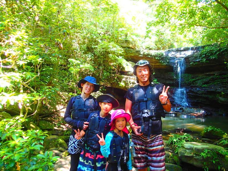 家族旅行で人気のアクティビティツアー体験を!石垣島・西表島で遊ぶなら西表島ケンガイドがおすすめする人気のカヌー・SUP・スタンドアップパドルボードでマングローブの川を探検&ジャングルトレッキングで滝巡りで夏休みは遊ぼう!