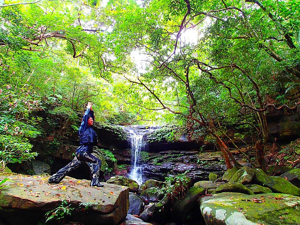 西表カヌーツアー・西表島旅行で人気の遊び西表おすすめカヌー&シャワートレック滝巡りツアー・西表島ケンガイドおすすめシャワートレック滝巡りツアーで女子旅行・家族旅行・学生旅行アクティビティ体験、カヌーでマングローブ&シャワートレックで秘境パワースポット滝巡り!本物の島旅アウトドア体験を。