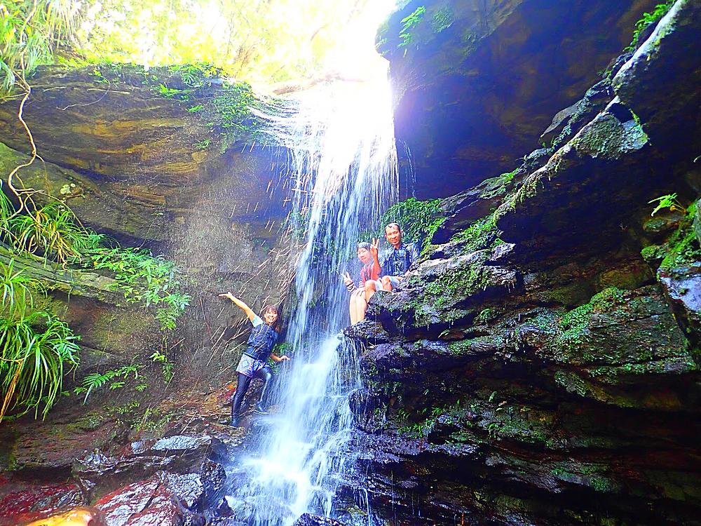 西表カヌーツアー・石垣島旅行で人気の遊び西表おすすめカヌー&シャワートレック滝巡りツアー・西表島ケンガイドおすすめシャワートレック滝巡りツアーで女子旅行・家族旅行・学生旅行アクティビティ体験、カヌーでマングローブ&ケイビングで秘境パワースポット滝巡り!本物の島旅アウトドア体験を。