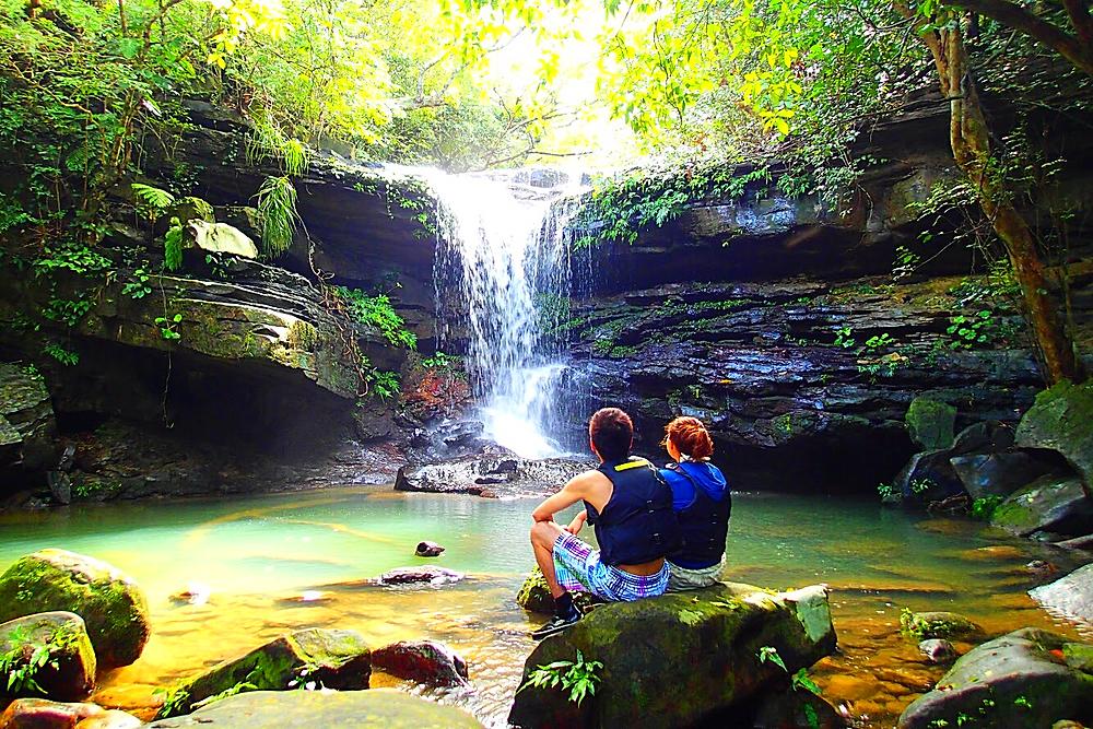 西表島で島旅を楽しもう〜 マングローブSUP&秘境の滝巡り  マングローブの森でのんびりSUPクルーズ  生命溢れるジャングルトレッキング  木漏れ日差し込みパワースポット 秘境クーラの滝へ到着!  天然のブランコ〜座り心地バッグン!  訪れた者に良いこと、願いが叶う「幸運の滝」   この時期は雨季で雨が多いですが、恵の雨はジャングルの木々を育み島を潤して、 森の緑や秘境の滝はとても美しく訪れる者へも癒やしの時間を与えてくれます。  南の島で最高の思い出を〜 西表島 KEN GUIDE www.kenguide.info  #西表島ケンガイド  #石垣島旅行 #石垣島の旅 #石垣島  #西表島旅行  #離島 #旅行 #旅行好き #卒業旅行 #冬休み旅行 #海 #ビーチ #海好き #女子旅 #アウトドア #カヌー #sup #ヨット #カタマランセイル  #パナリ島 #Yacht #catamaran #sailing #sail #ガイド  #求人情報 #求人 #バイト募集中