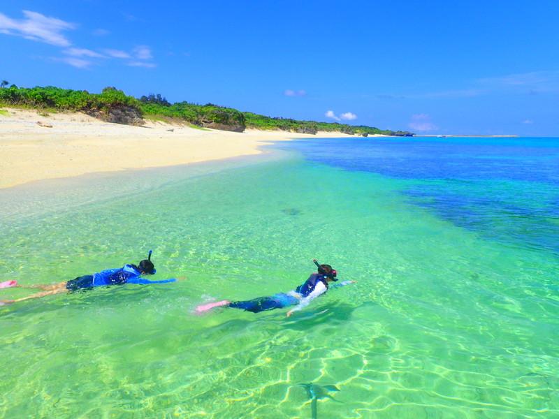 人気の離島ツアー西表島・石垣島へ旅行に来たら、人気の観光スポット平久保灯台・川平湾・竹富島・西表島のジャングルとパナリ島の海で自然を満喫しよう!家族旅行や女子旅をもっとお得に割引プラン開催中!石垣島・西表島ツアーランキング人気のケンガイドがおすすめするアクティビティツアー、 SUP・カヌーでマングローブの森をクルーズ、アドベンチャーボートで行くパナリ島シュノーケルや星砂の浜シュノーケリングなど人気の遊びを格安ツアーで満喫しよう!
