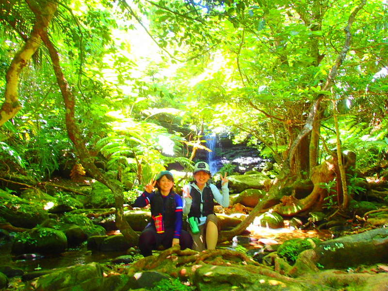 西表島観光するならケンガイドがおすすめする人気のアクティビティツアー体験、秘境の滝で遊ぼう!