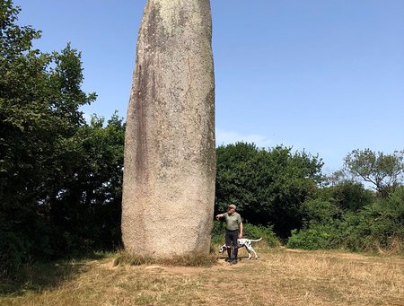 Menhir de KERVEATOUX (FRA)