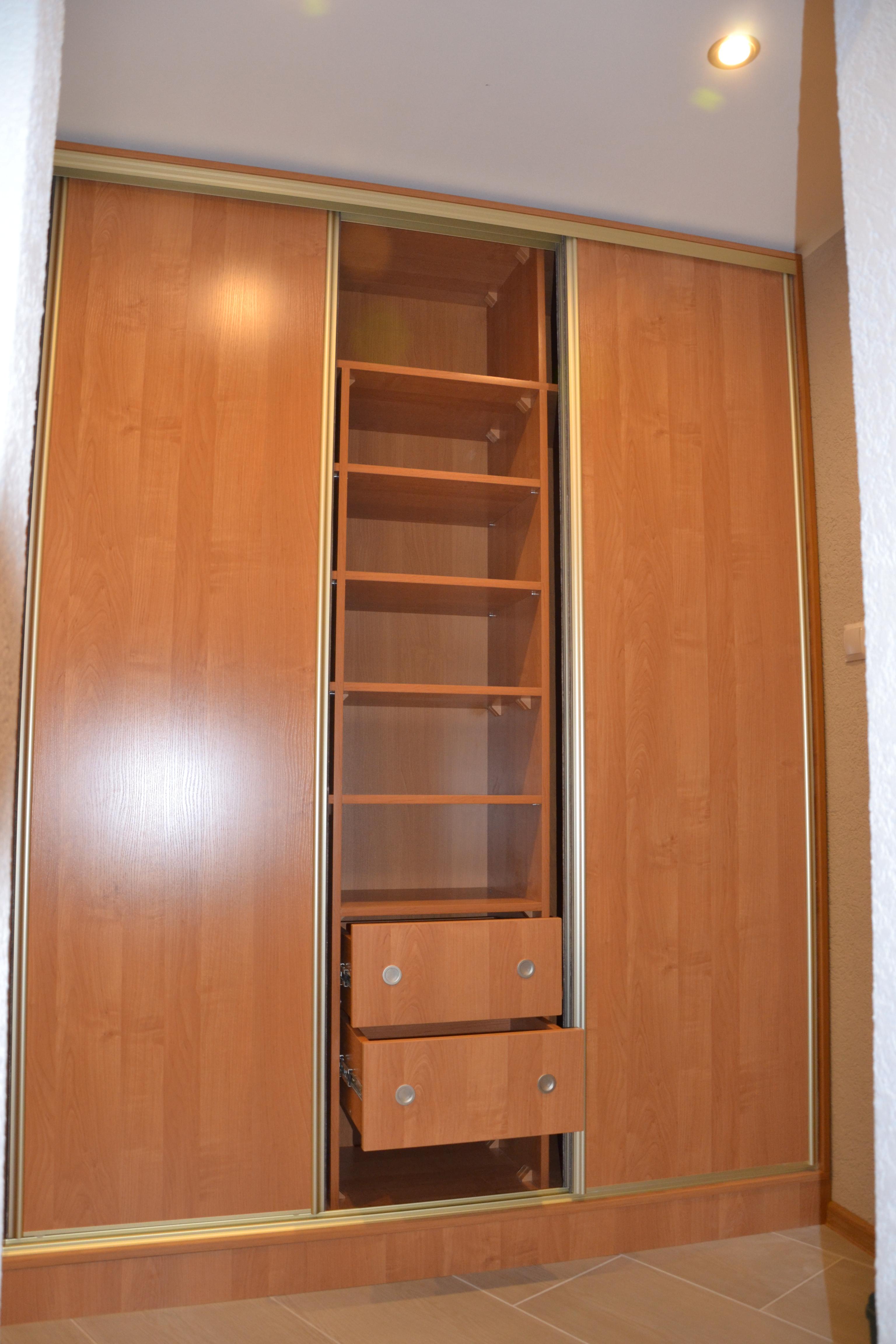 Wnętrze szafy z drzwiami przesuwnymi