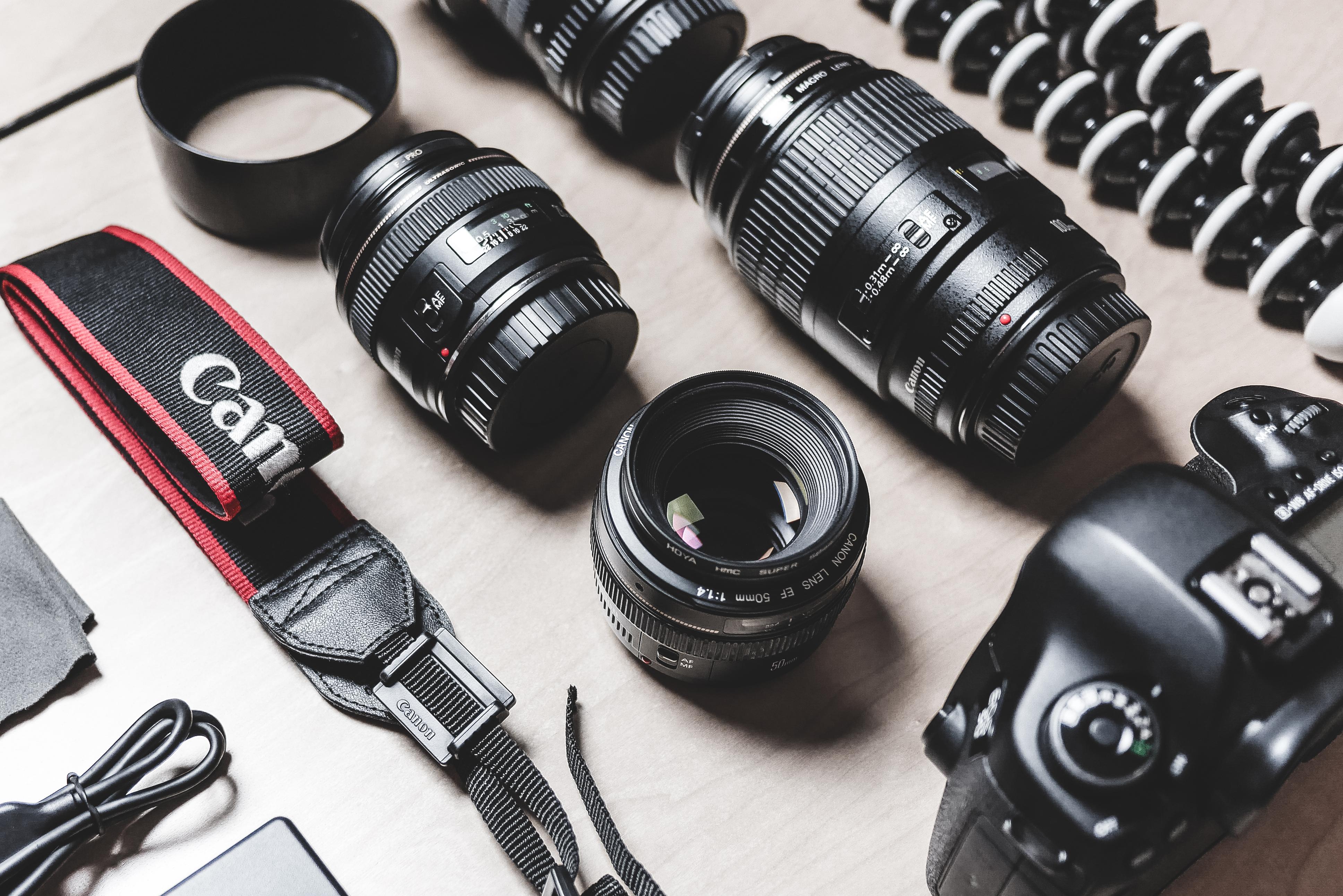 professional-photographer-dslr-camera-le