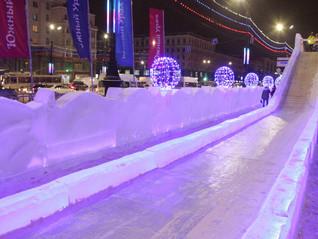 В Челябинске открыли ледовый городок на площади Революции