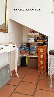 AVANT TRAVAUX - aménagement et décoration d'un dessous d'escalier dans un séjour à Cuers, par l'architecte décorateur d'intérieur Mosser Intérieur Design dans le Var