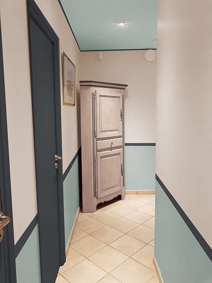 Conseil couleur peinture d'un couloir, bleu, plafond peint, à La Londe Les Maures, par l'architecte décorateur d'intérieur Mosser Intérieur Design dans le Var