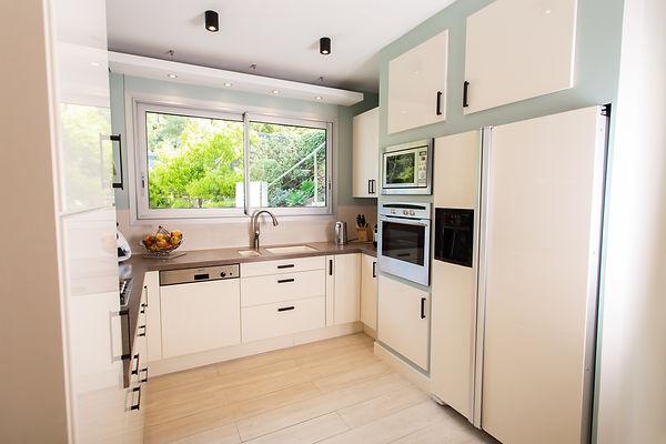 Rénovation relooking d'une cuisine à La Londe Les Maures, par l'architecte décorateur d'intérieur Mosser Intérieur Design dans le Var