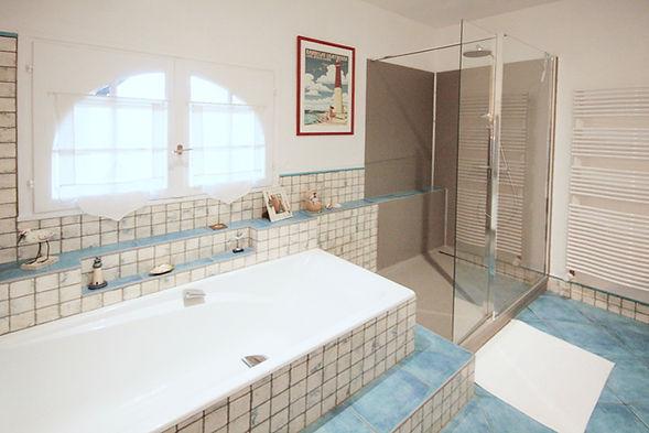 Conseil en agencement et aménagement d'une douche à l'italienne, dans une salle de bain, par l'architecte décorateur d'intérieur Mosser Intérieur Design à Toulon dans le Var