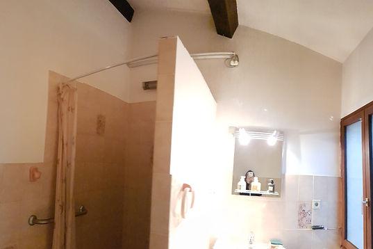 Photo avant travaux - Rénovation d'une salle de bain naturelle en travertin, à Pignans par le décorateur architecte d'intérieur Mosser Intérieur Design dans le Var