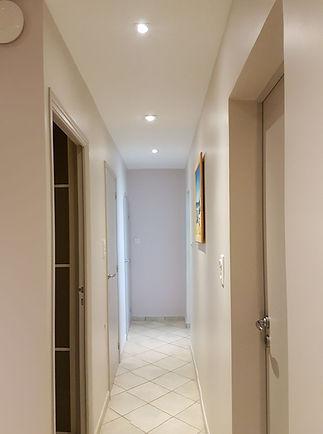 Avant / Après, avant travaux, conseil couleur peinture d'un couloir, bleu, plafond peint, à La Londe Les Maures, par l'architecte décorateur d'intérieur Mosser Intérieur Design dans le Var