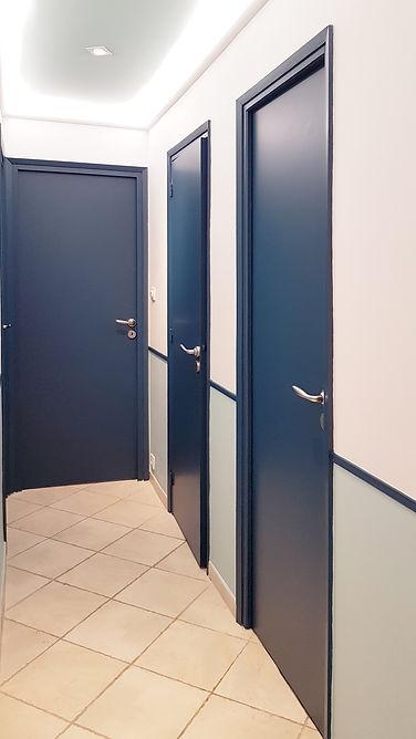 Conseil couleur peinture d'un couloir, bleu, plafond éclairé, à La Londe Les Maures, par l'architecte décorateur d'intérieur Mosser Intérieur Design dans le Var