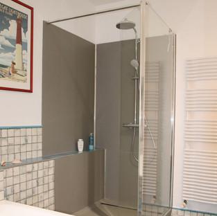 Aménagement et décoration d'une salle de bain, douche moderne par votre architecte décorateur d'intérieur Mosser Intérieur Design dans le Var