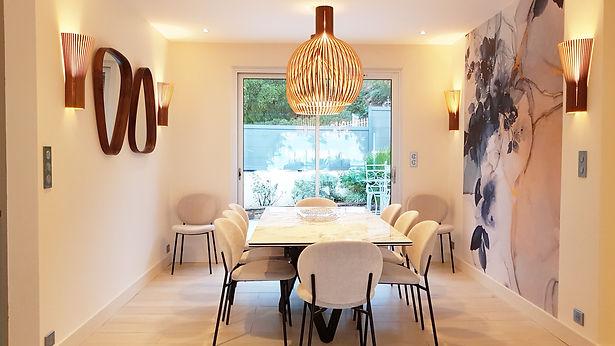 Aménagement agencement et décoration d'un salon séjour chic et contemporain à La Londe Les Maures, par l'architecte décorateur d'intérieur Mosser Intérieur Design dans le Var