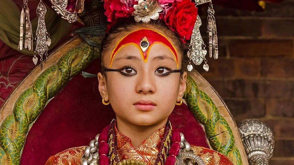 uma Kumari olhando para a câmera