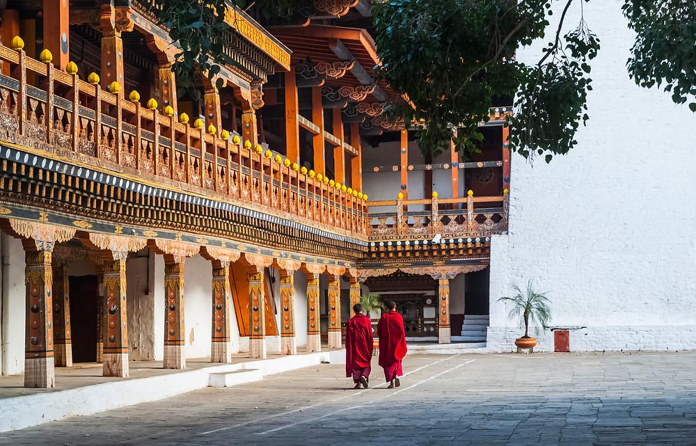 Dois monges do lado de um mosteiro no Butão.