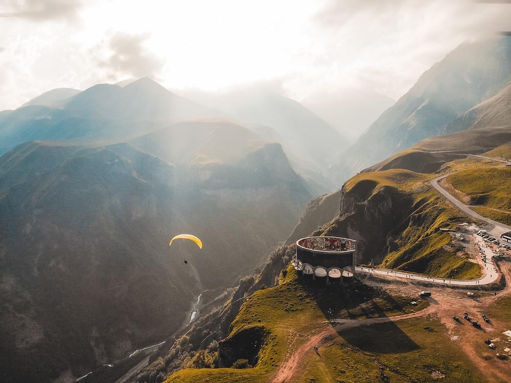 paisagem montanhosa da Geórgia, no Caucaso do Sul
