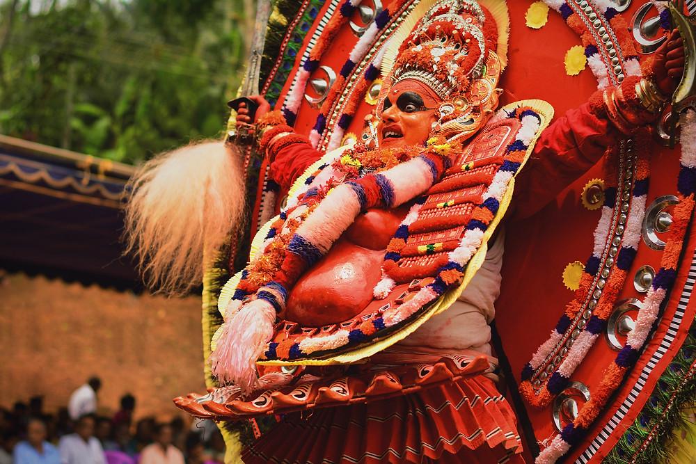 Um homem com roupas típicas no sul da Índia