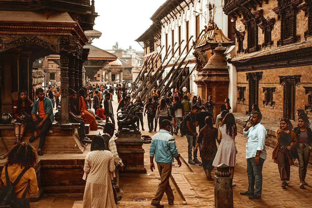 ruas de Kathmandu com transeuntes