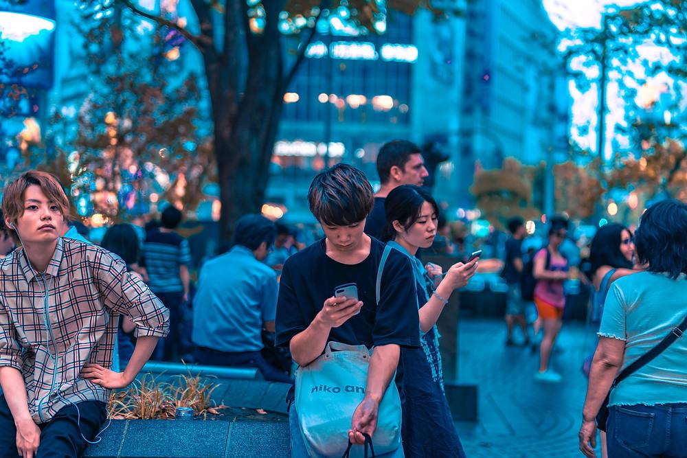 Um jovem rapaz olhando o celular