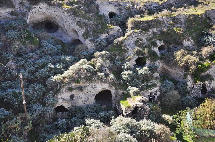 Thirasia_Agrilia_caves.JPG
