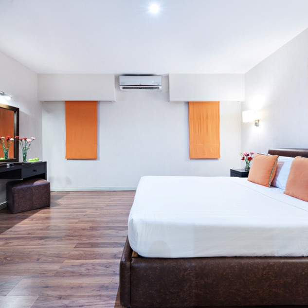 executive Suite - king size bed.jpg