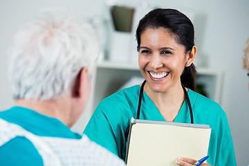 hispanic nurse_is487796404.jpg