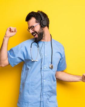 cirujano-doctor-hombre-escuchando-musica-auriculares-bailando_1368-35348.jpg