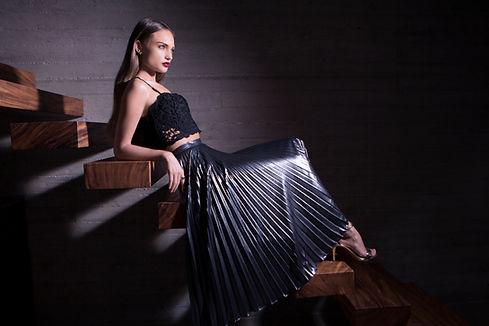 階段上のファッションモデル