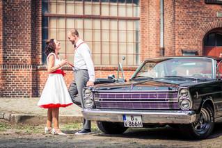 Geiles Auto und cooles Paar